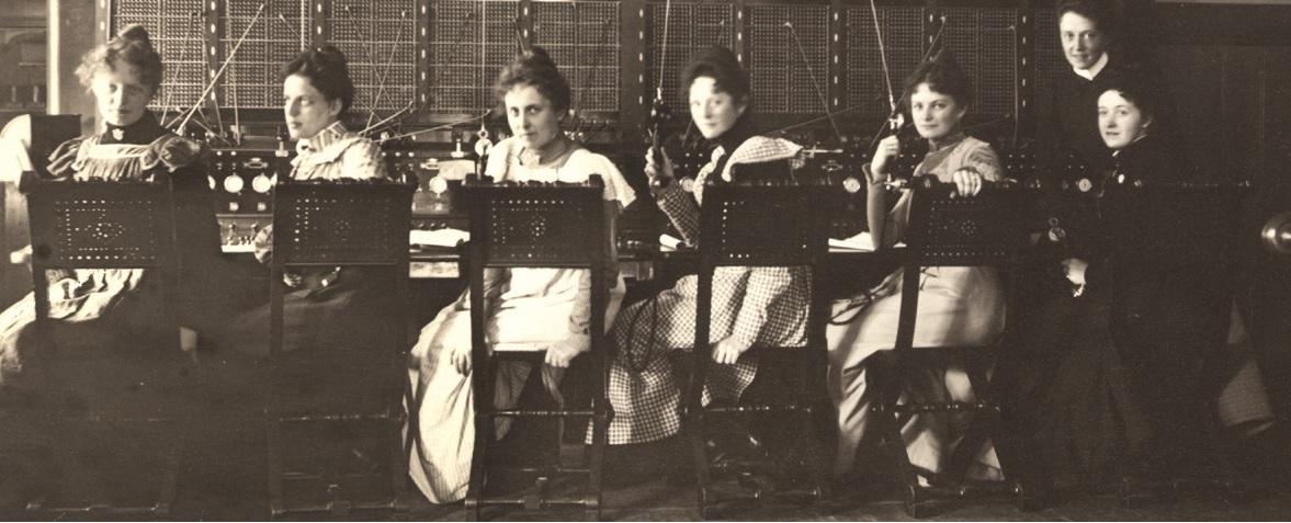 Uten-navnTelefonistinner-ved-Trondheim-manuelle-telefonsentral-som-betjener-snorbord-i-1905